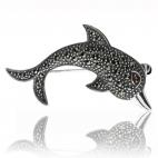 Stříbrná brož ve tvaru delfína s markazity a granátem (almandin)