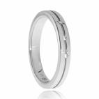 Stříbrný prsten se třemi diamanty ve středové linii