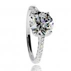 Stříbrný prsten se zirkony (cubic zirconia), velký středový a malé kameny zasazené v kroužku