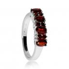 Stříbrný prsten zdobený granáty - Netradiční spojení kulatých a oválných kamenů