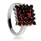 Stříbrný prsten zdobený granáty - Čtvercové uspořádání