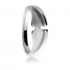 Stříbrný prsten s diamantem v povrchu leského a matného rhodiovaného stříbra