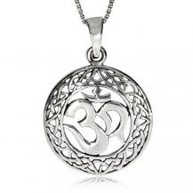 Stříbrný přívěsek -  Óm v  ozdobném kruhu