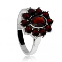 Stříbrný prsten s oválnou kytičkou - český granát s almandinem, Granát Turnov